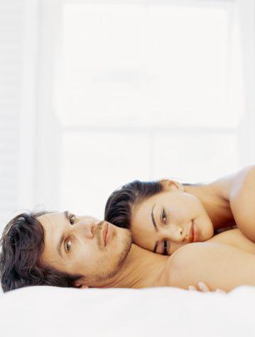 20'li yaşlar: Performans önemli  Deneyim ve yaşanan heyecan olarak 18 yaştan bir farkı olmamasına karşın, bu yaşlarda daha seçici ve olgun davranışlar görülür. Duygular daha derinleşmiş ve gelecek hayalleri daha bir belirginleşmiştir artık. Cinselliğin ve cinsel performansın zirvesine varılır. Çekicilik ve masumiyet çoğunlukla biraradadır ve had safhadadır.  Bu dönemde yine de yanlış ilişkilere adım atılabilir. Ancak cinsellik, her türlü bedeline rağmen hayatın ilk şartı gibi görülür. Bu yaştaki erkeklerin olabildiğince çok kızla çıkmaya çalıştığı ve sık sık birbirlerine bu konuda hava attıkları bir dönemdir. Fakat bu dönemde erken evlilikler ve ölümsüzmüş gibi görülen büyük aşklar da hayli fazladır. Çoğu kez, 30'una gelmeden ikinci evlilikler için adım atıldığı görülür...